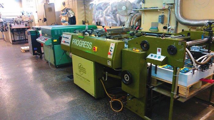 Трафаретная печатная машина Progress 5371 с УФ-сушкой (на заднем плане)